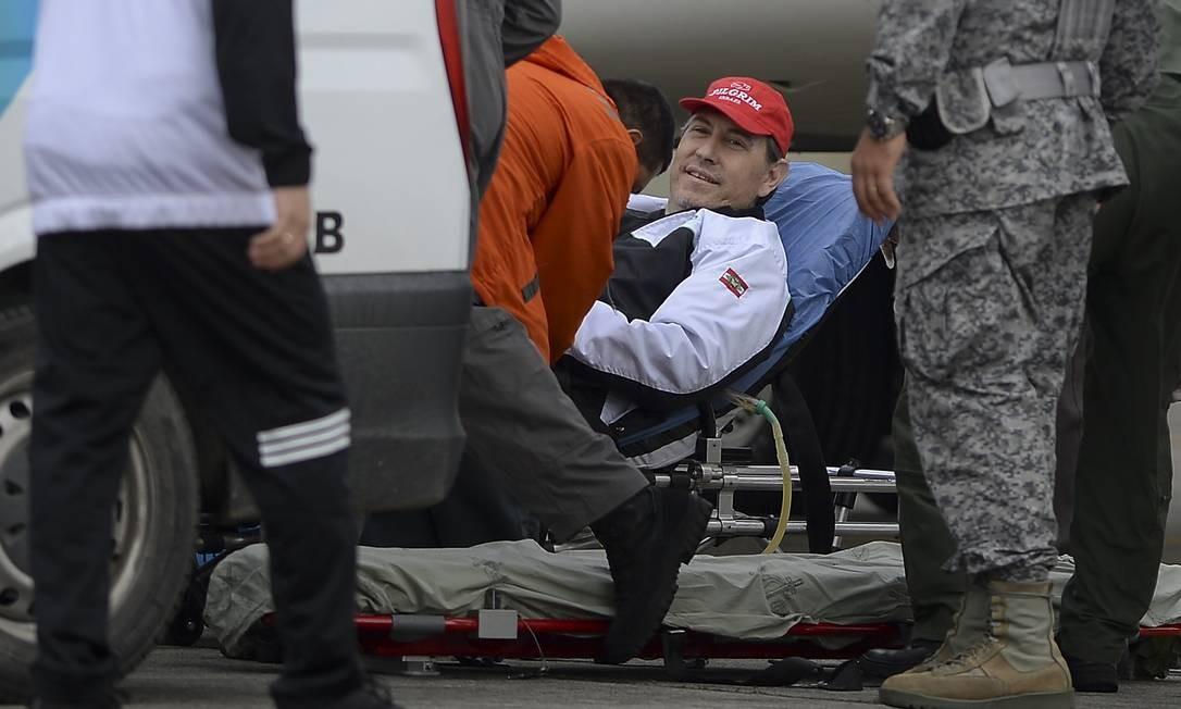 O jornalista Rafael Henzel foi outro sobrevivente brasileiro da tragédia da Chapecoense a ser embarcado nesta terça, 13 de dezembro, de volta a Chapecó RAUL ARBOLEDA / AFP