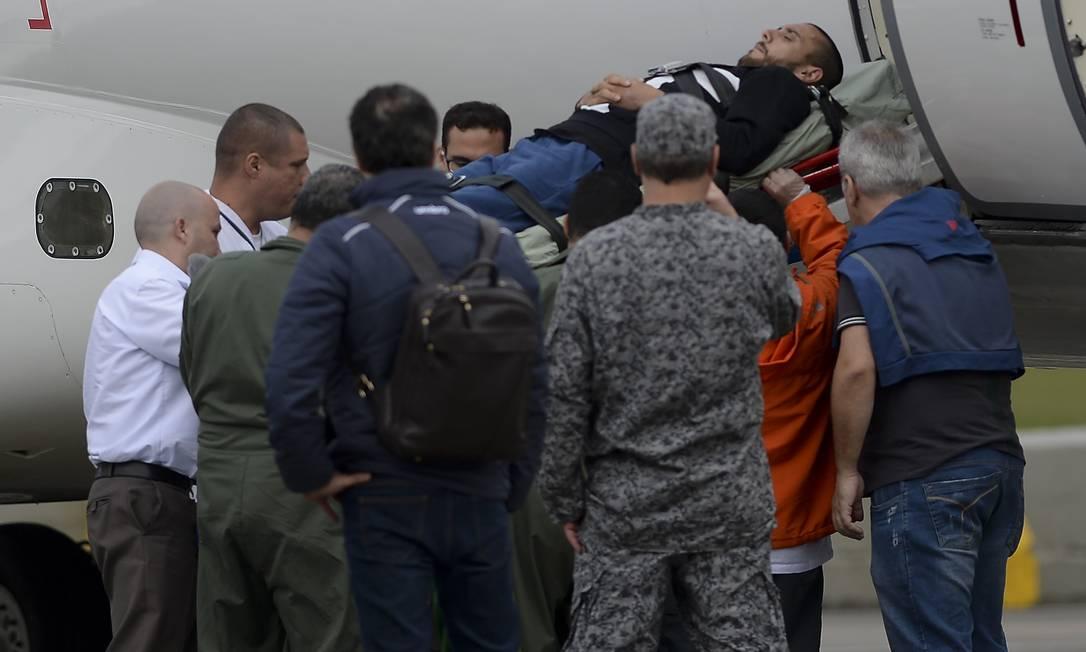 O lateral Alan Ruschel é embarcado em Rionegro, Colômbia, num avião da Força Aérea Brasileira com destino a Chapecó, Santa Catarina. O lateral é um dos sobreviventes da queda do avião da Chapecoense RAUL ARBOLEDA / AFP