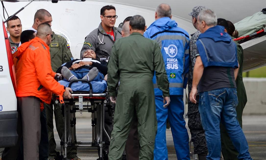 Alan Ruschel momentos antes de ser colocado no avião da FAB para retornar ao Brasil. O lateral-esquerdo da Chapecoense é um dos seis sobreviventes da queda da aeronave que levava o time para a final da Copa Sul-Americana, na Colômbia RAUL ARBOLEDA / AFP