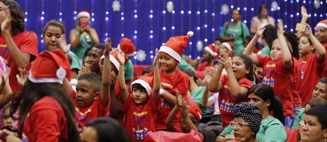 Cerca de 300 crianças participaram da festa de Natal do INCAvoluntário, na Praça Cruz Vermelha Foto: Alexandre Cassiano / Agência O Globo