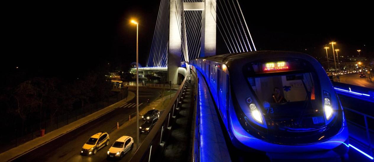 Trem da Linha 4 atravessa ponte estaiada na Barra da Tijuca Foto: Guito Moreto em 21/07/2016 / Agência O Globo