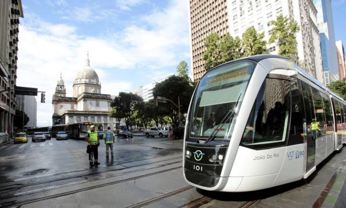 VLT percorre o cruzamentro entre as avenidas Rio Branco e Presidente Vargas Foto: Thiago Freitas em 5/06/2016 / Agência O Globo