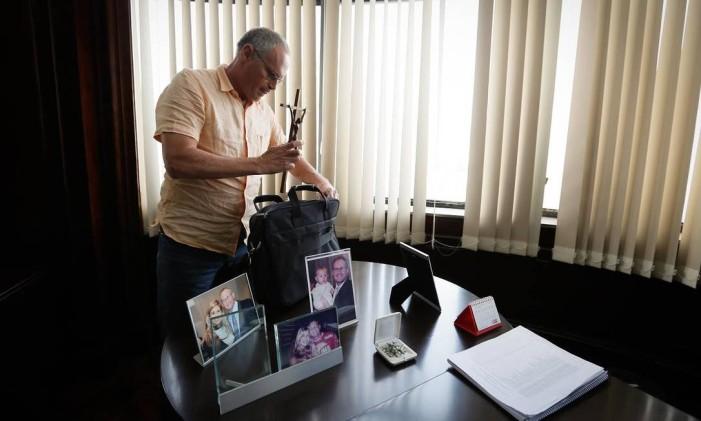 Beltrame coloca crucifixo em sua bolsa ao deixar Secretaria de Segurança em 13/10/2016 Foto: Pablo Jacob / O Globo