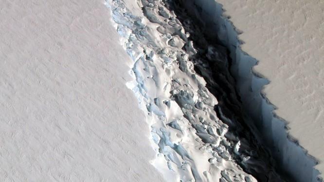 Imagem mostra imensa rachadura que se espalha pela geleira de Larsen, também no Oeste da Antártica: colapso do manto de gelo da região pode provocar elevação catastrófica do nível do mar Foto: Nasa/John Sonntag