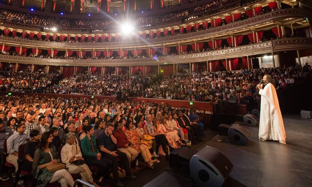 Divulgação/ Arte de Viver/ AOL Foto: / Em ação. Sri Sri Ravi Shankar no Albert Hall, em Londres: guru é sucesso de público