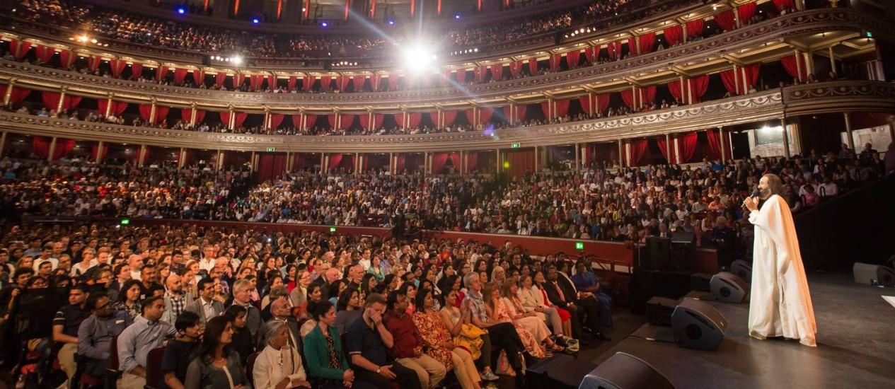 Divulgação/ Arte de Viver/ AOL Foto: Em ação. Sri Sri Ravi Shankar no Albert Hall, em Londres: guru é sucesso de público
