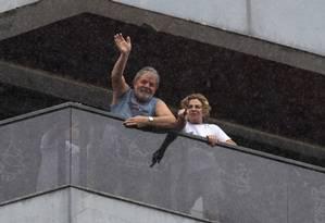 O ex-presidente Luiz Inácio Lula da Silva na sacada de seu apartamento em São Bernardo do Campo, ao lado da mulher, Marisa Letícia Foto: Michel Filho / Agência O Globo