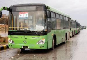 Ônibus aguardam para retirar rebeldes sírios de Aleppo Foto: OMAR SANADIKI / REUTERS