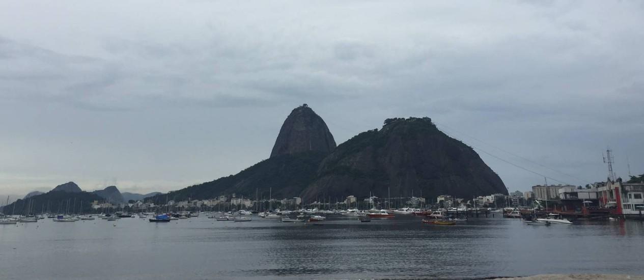 O tempo encoberto no Rio. Na foto, parte do Pão de Açúcar Foto: Márcia Foletto / O Globo