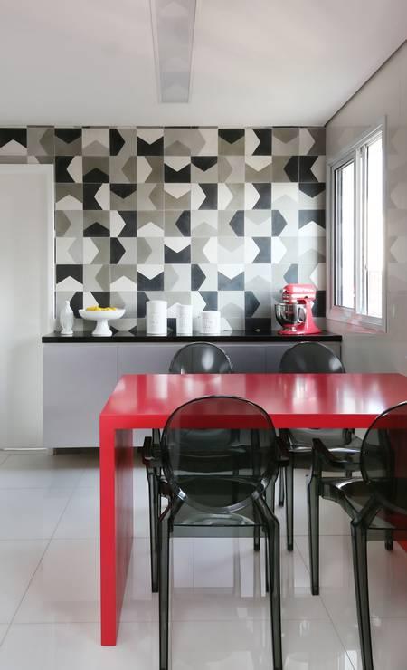 No projeto da MN Arquitetura + Interiores, o clássico preto e branco ganham a vivacidade do vermelho da mesa e de eletrodomésticos na mesma cor Foto: Divulgação
