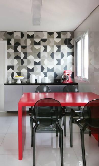 No projeto da MN Arquitetura + Interiores, o clássico preto e branco ganham a vivacidade do vermelho da mesa e de eletrodomésticos na mesma cor Divulgação