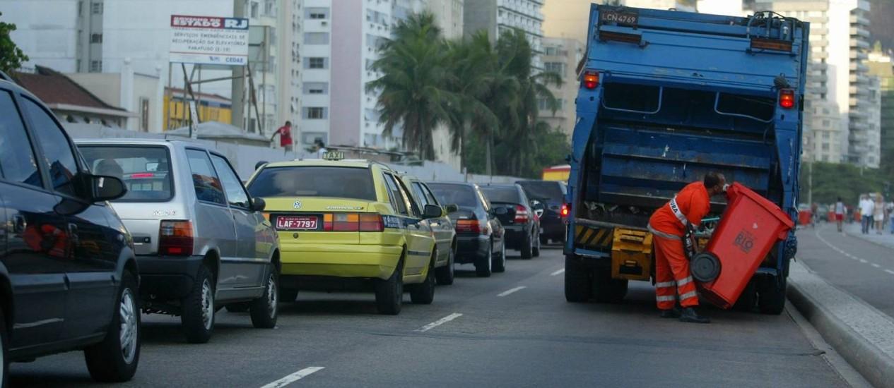 Horários de serviços de coleta da Comlurb serão alterados no fim de ano Foto: Marcelo Carnaval -31/10/2003 / Agência O Globo