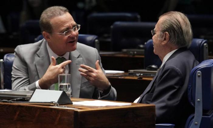 O presidente do Senado, Renan Calheiros (PMDB-AL) conversa com o ex-presidente José Sarney (PMDB-AP) Foto: Aílton de Freitas / Agência O Globo / 7-5-2014
