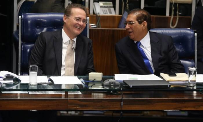 O presidente do Senado, Renan Calheiros (PMDB-AL), ao lado do senador Jader Barbalho (PMDB-PA) Foto: Aílton de Freitas / Agência O Globo / 26-5-2015