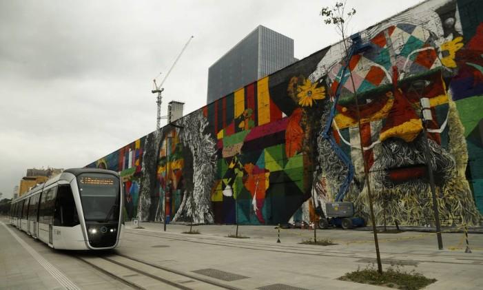 VLT passa ao lado do painel do artista plástico Cobra na Praça Mauá Foto: Gabriel de Paiva / Agência O Globo