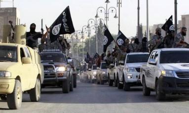Combatentes do Estado Islâmico fazem fila de carros em Raqqa em 2014 Foto: Reuters