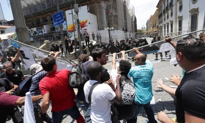 Manifestantes tentam derrubar grade para invadir a Assembleia Legislativa em 16/11/2016 Foto: Márcio Alves / Agência O Globo