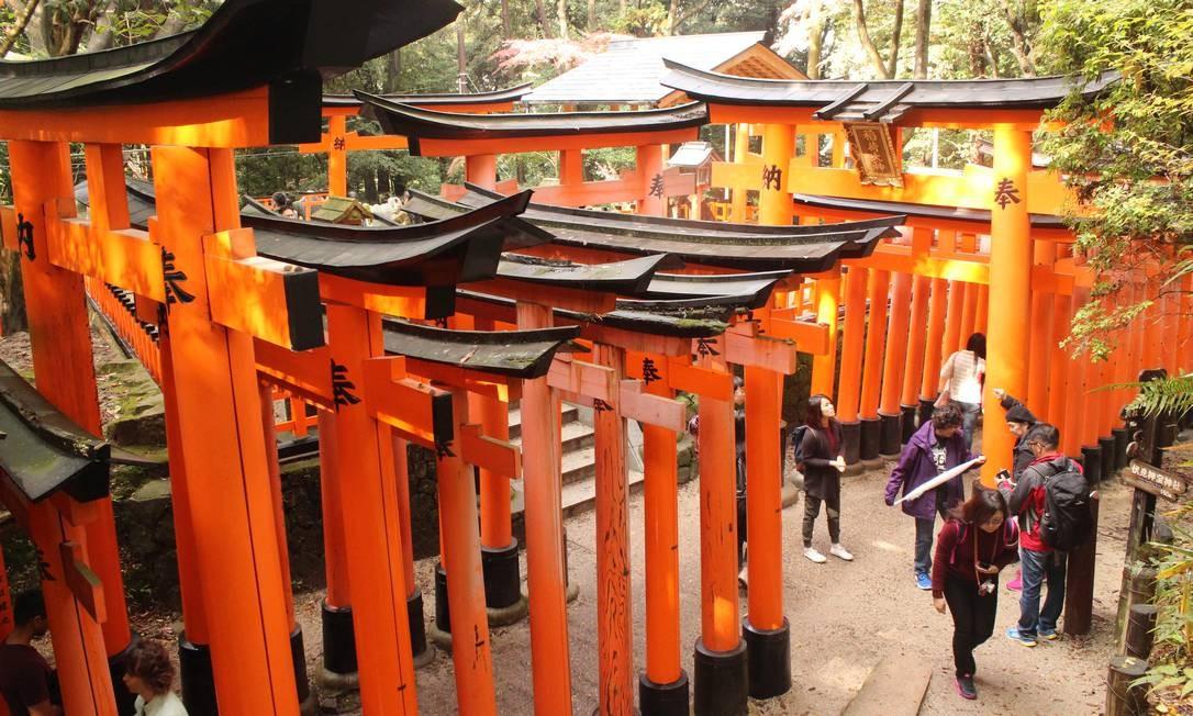 Os toriis do templo Fushimi Inari, presentes dados por empresários por graças recebidas Foto: Léa Cristina / Agência O Globo