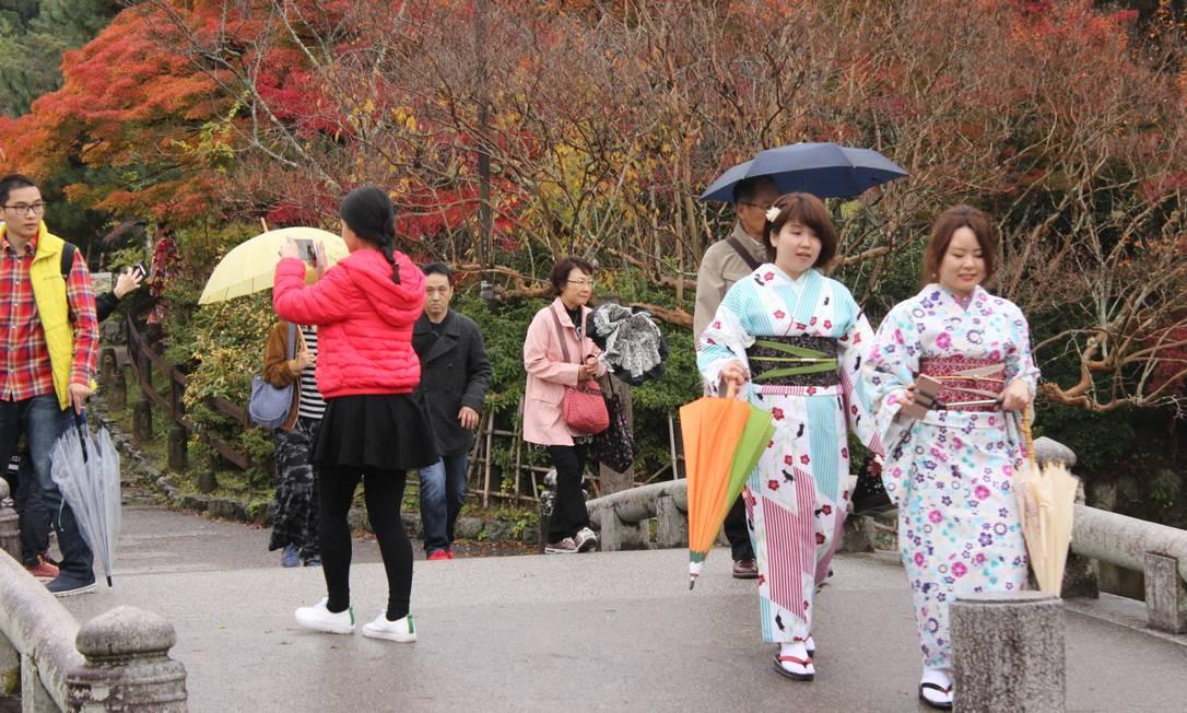 Turistas e jovens moradores costumam alugar quimonos para passear por pontos históricos de Kioto, antiga capital Foto: Léa Cristina / Agência O Globo