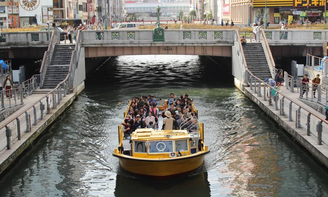 Passeio pelo canal de Dotonbori, área comercial e turística de Osaka Foto: Léa Cristina / Agência O Globo
