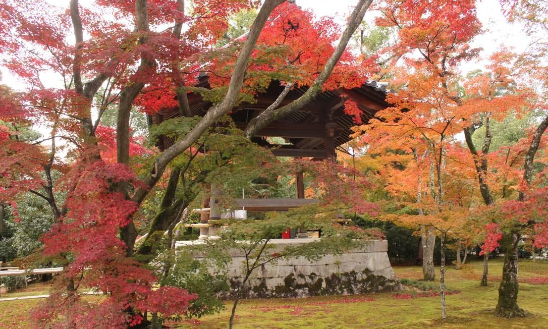 O vermelho toma conta do parque de Kioto em pleno outuno Foto: Léa Cristina / Agência O Globo