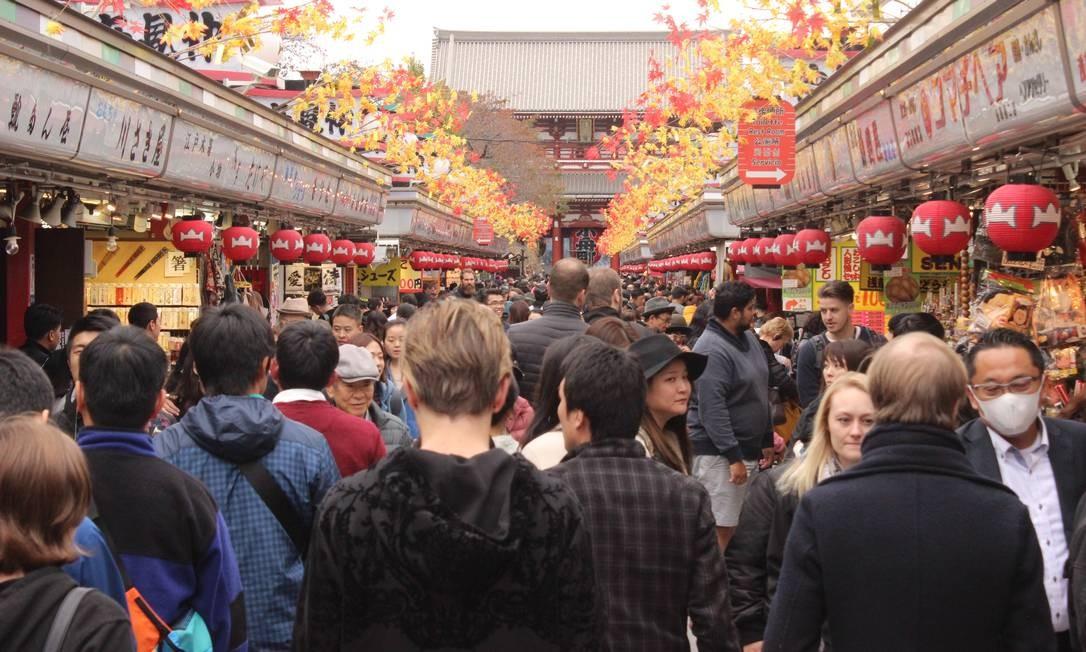 Turistas caminham em torno do templo Senjo-si, o mais popular de Tóquio, localizado em Asakusa Foto: Léa Cristina / Agência O Globo
