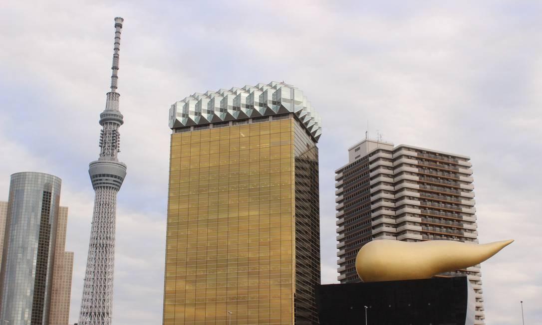 A Tokyo Skytree, maior torre do mundo, ao lado dos dois prédios da cervejaria Asahi: o maior remete a um jarro de cerveja com espuma (o telhado); o menor a um caneco (sobre ele, a chama dourada projetada por Philippe Starck Foto: Léa Cristina / Agência O Globo