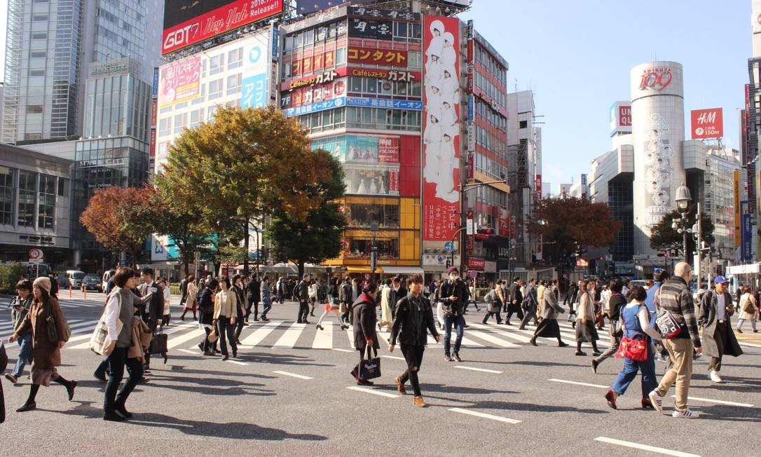 Típica imagem de Tóquio, em seu movimentadíssimo cruzamento Foto: Léa Cristina / Agência O Globo