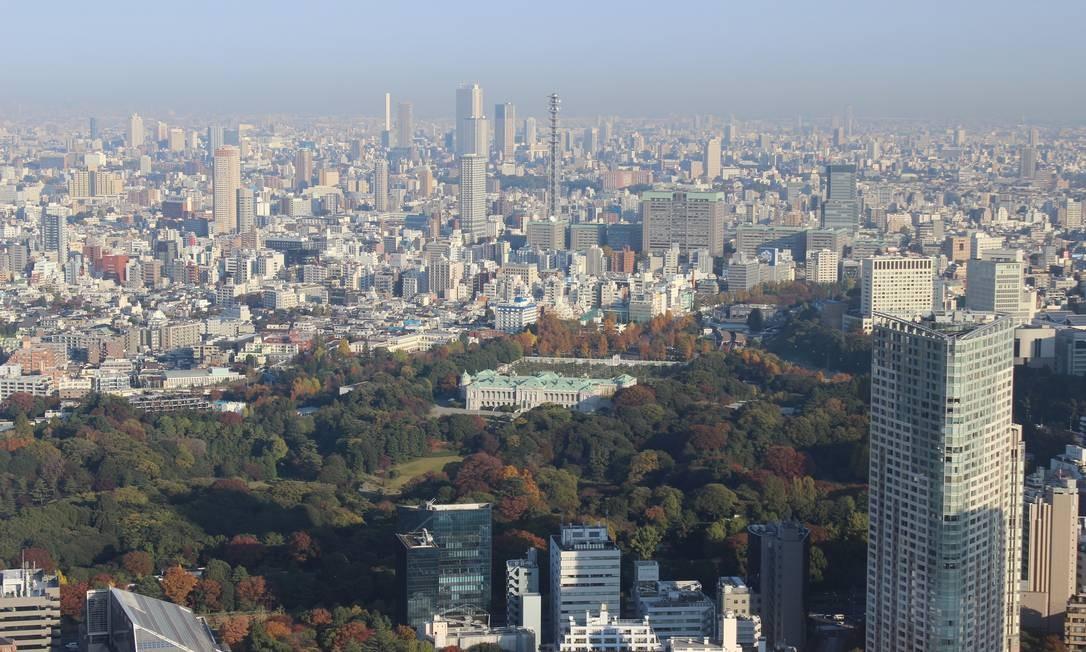Tóquio vista do 52º andar do Midtown Tower. À frente, o jardim e o Palácio Imperial Foto: Léa Cristina / Agência O Globo