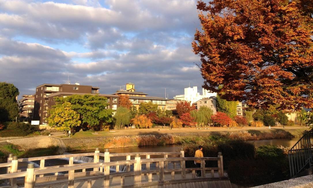 O Rio Kamogawa, que corta a cidade de Kioto, é destaque na paisagem Foto: Léa Cristina / Agência O Globo