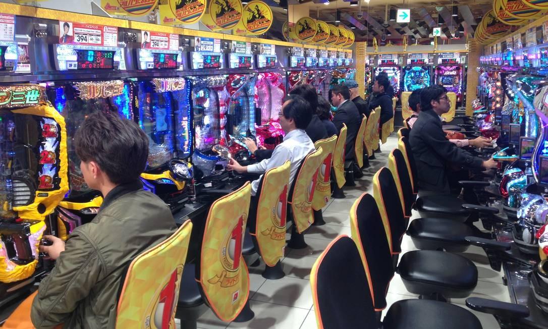 No horário de almoço, em Tóquio, loja de jogos tem bom movimento. Quem ganha não recebe ienes, mas TUCs que podem ser trocados por dinheiro em casas específicas Foto: Léa Cristina / Agência O Globo