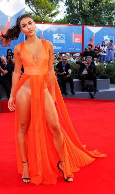 No mesmo evento, a atriz Giulia Salemi também usou fenda poderosa ALESSANDRO BIANCHI / REUTERS