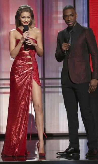 No American Music Awards, Gigi Hadid surgiu com um Versace com fenda impressionante Matt Sayles / Matt Sayles/Invision/AP