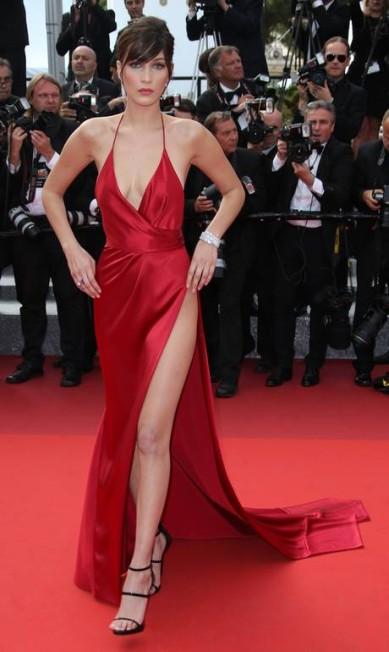 A modelo americana Bella Hadid brilhou no tapete vermelho do Festival de Cannes com um vestido de Vauthier. Fendas e decotes foram levados ao limite no modelito Joel Ryan / AP