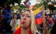 Apoiadora de Maduro sopra apito durante manifestação pró-governo em Caracas Foto: FEDERICO PARRA / AFP