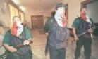 Sequestro. Nestor Cerpa Cartolini (ao centro), líder do grupo guerrilheiro Tupac Amaru, concede entrevista a jornalistas na Embaixada do Japão Foto: Zoraida Diaz 18/04/1997 / Reuters
