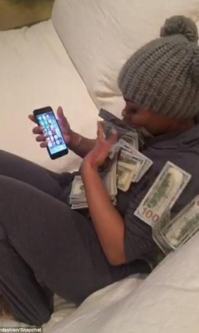 Isso é que é ostentação. O casal Rob Kardashian e Blac Chyna, que acabam de se tornar pais de Dream, postaram um vídeo no Snapchat no qual posam envoltos com notas de US$ 100 © Rob Kardashian/Snapchat