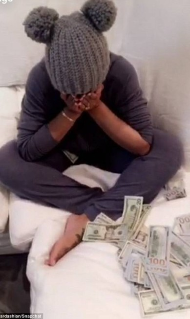 Chyna, que é uma ex-stripper, estava no início chateada com o noivo por ele ter jogado um monte de dinheiro para ela © Rob Kardashian/Snapchat