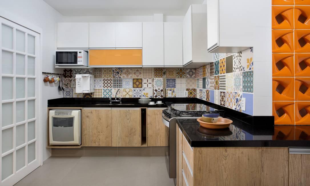 Azulejos diferentes e detalhes alaranjados compõem o projeto de Rosa Prado Foto: MCA Estúdio / Divulgação