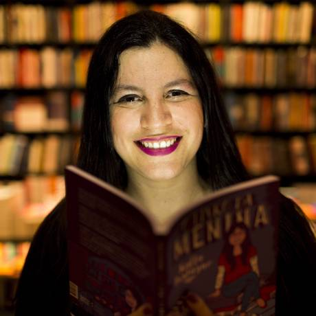 """Era só uma menina... Raffa Fustagno com """"O livro da menina"""" na Livraria da Travessa do Leblon, onde realiza o Evento da Menina Foto: Mônica Imbuzeiro / Agência O Globo"""