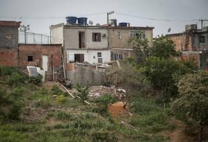 Construção na encosta teve o seu segundo pavimento, erguido irregularmente, removido pelos agentes Foto: Agência O Globo / Analice Paron