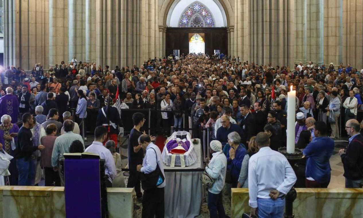 Milhares de pessoas prestam homenagem ao acebispo emérito de São Paulo Foto: Edilson Dantas / Agência O Globo
