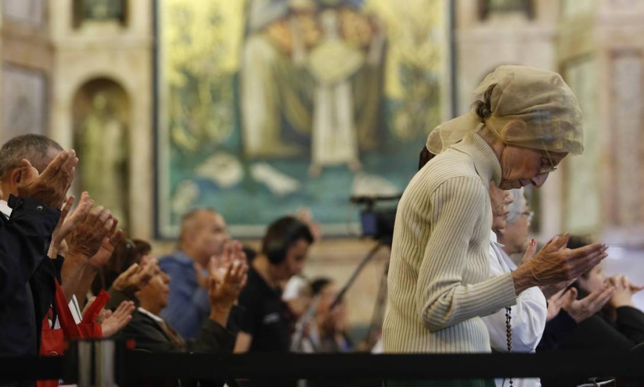 Fiéis rezam durante missa em homenagem ao arcebispo Foto: Edilson Dantas / Agência O Globo