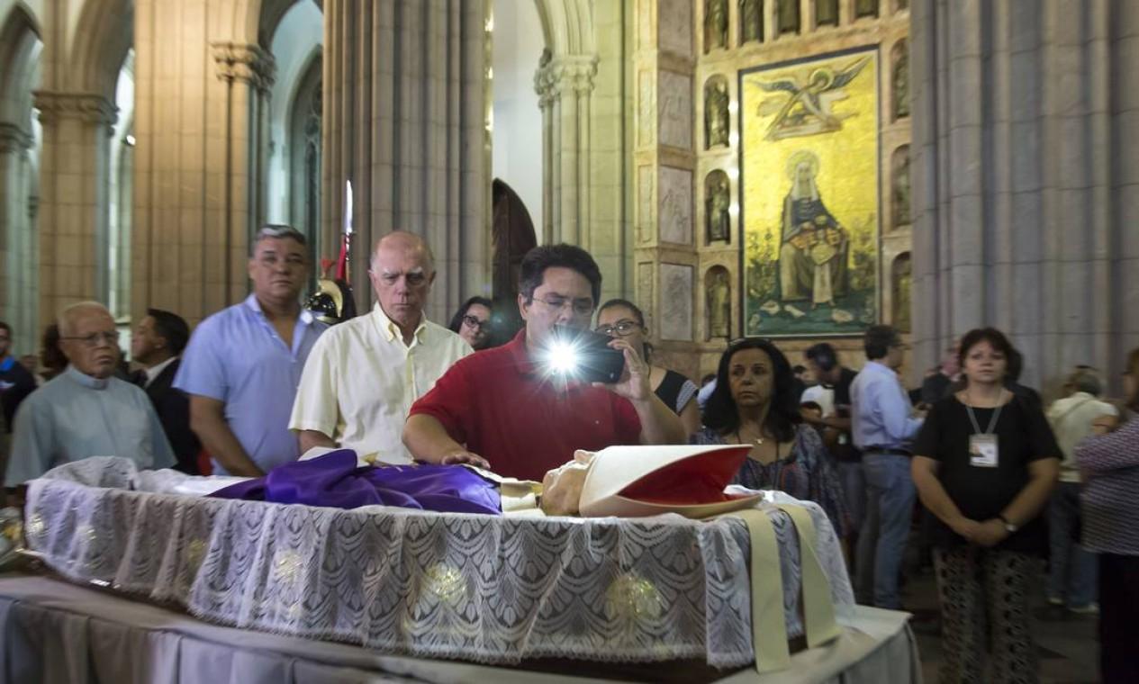 Um homem fotografa o corpo de Dom Paulo na fila para prestar a última homenagem Foto: Edilson Dantas / Agência O Globo