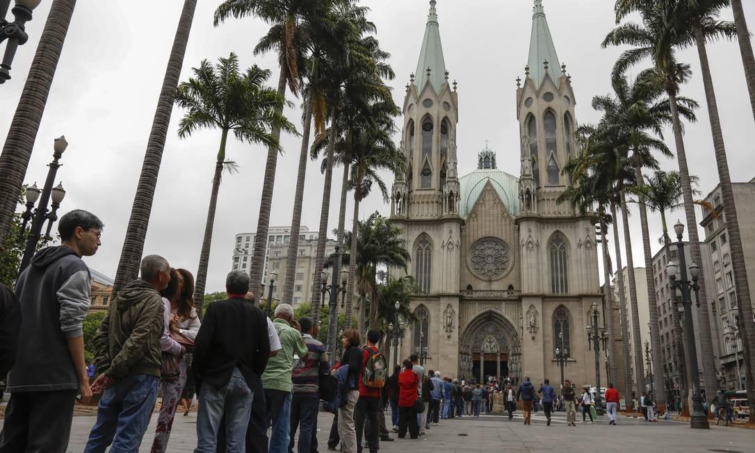Com capacidade para 8 mil pessoas, a Catedral da Sé teve ocupação plena na tarde de quinta-feira Foto: Edilson Dantas / Agência O Globo