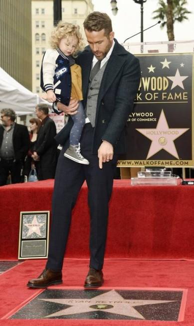 Ryan Reynolds mostra para James seu nome na Calçada da Fama Chris Pizzello / Chris Pizzello/Invision/AP