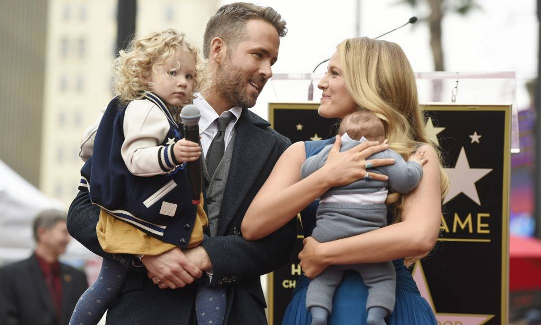 A filha mais nova do casal, que nasceu há três meses e cujo nome ainda não foi divulgado, também foi ao evento Chris Pizzello / Chris Pizzello/Invision/AP