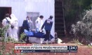 Corpo do adolescente é retirado da casa onde ele foi torturado e morto Foto: REPRODUÇÃO/24HORAS.CL