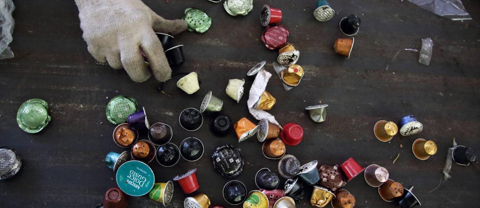 Na coopertativa CoopFuturo, em Irajá, as cápsulas são descartadas como resíduos, sem reaproveitamento Foto: Custódio Coimbra / Agência O Globo