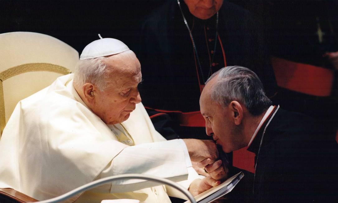 Então arcebispo de Buenos Aires, Bergoglio se encontra com Papa João Paulo II, que o nomeou cardeal em 2001 Sergio Rubin / AP
